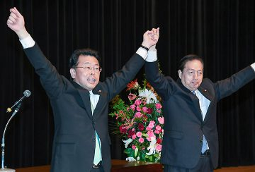 西田氏(左)への支援を呼び掛ける太田議長=10日 さいたま市