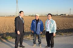 収穫後のコメ被害に対する支援を喜ぶ農業関係者と井手県議(左)ら=1月 茨城・常総市