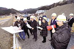 鵜住居地区の復興状況を視察する井上幹事長(前列左から3人目)ら=12日 岩手・釜石市