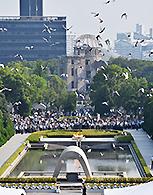 平和記念式典で平和宣言終了後、平和を願いハトが上空に放たれた=6日 広島市中区の平和記念公園