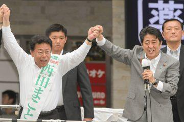 西田まこと候補(埼玉選挙区)(左)の逆転勝利へ支援を訴える安倍首相=28日 さいたま市