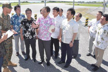 普天間飛行場内でリー司令官と意見交換する党WTの斉藤座長ら=22日 沖縄・宜野湾市