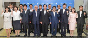 山口代表、井上義久幹事長と共に、政策実現への誓いを新たにする参院選で当選した14氏=21日 党本部