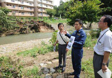 台風9号による被害状況を視察する矢倉氏ら=24日 埼玉・入間市