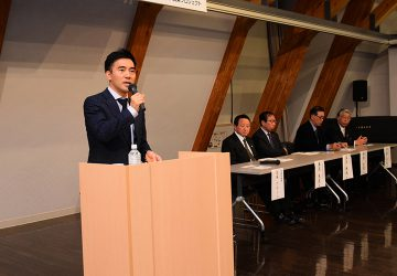 「農政を語る会」であいさつする矢倉政務官=12日 岩手・紫波町