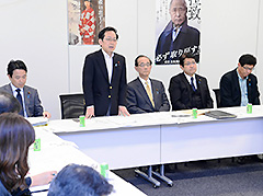 与党WTの初会合であいさつする竹内座長代理ら=22日 衆院第2議員会館