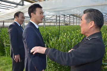 高橋社長(右)から説明を受ける矢倉政務官(左隣)と三田部市議=16日 埼玉・深谷市