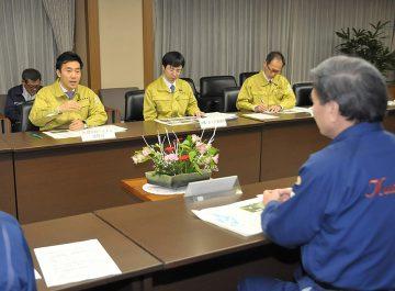 蒲島知事と対策について協議する矢倉政務官=27日 熊本県庁
