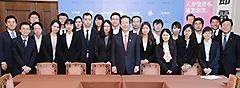 中国人留学生の表敬を受ける山口代表ら=27日 国会内