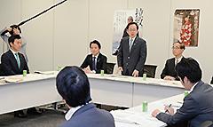与党ワーキングチームの会合であいさつする竹内座長代理ら=29日 衆院第2議員会館
