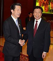 (1)李源潮国家副主席(右)と握手する山口代表=14日