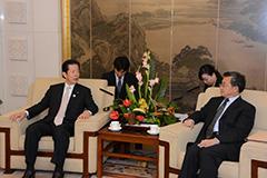 (6)劉振民外交副部長(右)と会見する山口代表=16日