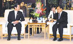 (2)劉雲山・中央政治局常務委員(右)と意見交換する山口代表=16日(3)アジア政党国際会 議でスピーチする山口代表
