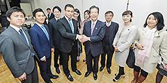 東京大学で劉会長らと懇談する山口代表ら=17日