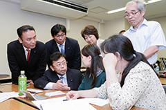 学習支援の様子を視察する西田氏ら=8日 埼玉・川口市