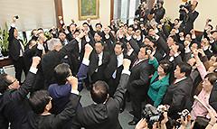 山口代表、井上幹事長を中心に衆院選の必勝を誓い合った出陣式=21日 国会内