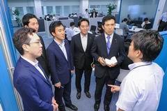 サテライトオフィスを視察する党青年委=19日 東京・港区