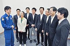 講演終了後、斉藤幹事長代行らと懇談する大西さん=8日 衆院第1議員会館