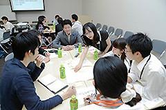 若者政策に関するディスカッションの輪に入る石川委員長=9日 参院議員会館