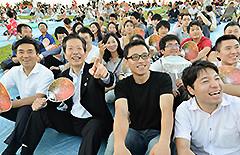 留学生と和やかに懇談する山口代表ら=21日 東京・葛飾区