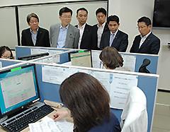 看護師が電話相談に応じる様子を視察する党埼玉県議団のメンバー
