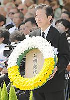 献花する山口代表=9日 長崎市の平和公園