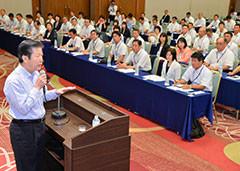 党埼玉県本部の夏季議員研修会であいさつする山口代表=22日 さいたま市