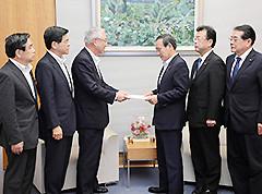 菅官房長官に対して要望を行う井上幹事長ら=16日 首相官邸