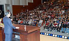 平和外交の重要性などを力説する山口代表=25日 埼玉・新座市