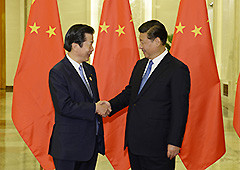中国の習近平国家主席と握手を交わす山口代表=10月15日 北京市の人民大会堂