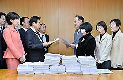 塩崎厚労相に要望する大平、鈴木の両氏と古屋副代表ら=24日 厚労省