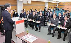 全国青年局長会議であいさつする山口代表=21日 党本部
