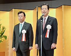 党埼玉県本部の賀詞交歓会であいさつする山口代表と西田氏=25日 さいたま市