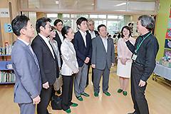 地域住民などと協力した学校運営の様子を視察する党文科部会のメンバーら=昨年6月 東京・杉並区