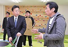 金子代表理事から話を聞く西田氏ら=1日 さいたま市