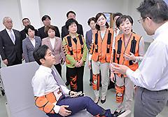 福祉用具について説明を受ける古屋副代表ら=1日 東京・江東区