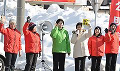 デマチラシを手に、共産党を厳しく批判する高木(美)さんと星野さんら=7日 福島・猪苗代町
