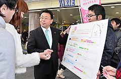 街頭アンケートで若者の声を聞く西田氏ら=21日 埼玉・越谷市