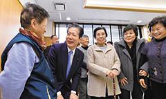 町へ帰還した住民の声を聞く山口代表(手前左から2人目)=12日 福島・楢葉町