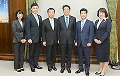 安倍首相と懇談する伊藤、里見、西田、三浦、高瀬の各氏=28日 国会内