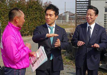GAPの効果を聞く矢倉政務官ら=18日 福島市
