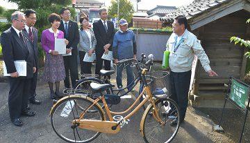 サイクルアンドバスライド駐輪場を視察する党越谷市議団のメンバー