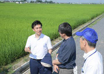 基盤整備が進む発戸地区を視察する矢倉政務官=10日 埼玉・羽生市