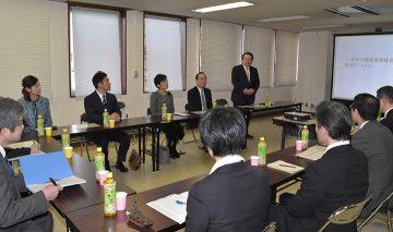 対策本部の関係者と意見交換する党プロジェクトチームの大口座長ら=6日 東京・中央区
