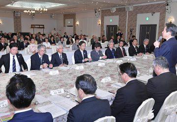 福島再生への決意を述べる山口代表(右端)=12日福島市
