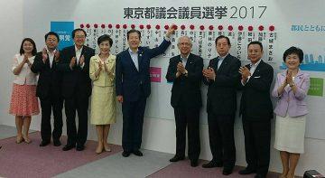 当選を確実にした候補者の氏名にバラを付ける山口代表ら党幹部=2日 党本部