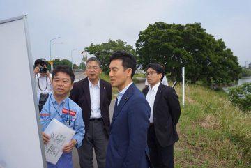 18日、東埼玉道路の早期延伸に向け、松伏町の工事現場を、川上、山﨑両松伏町議と視察