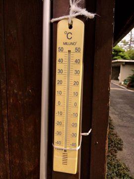 さいたま市市内のとある場所でみた温度計、なんと、46度さしてます!!
