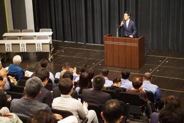 県内の建設業者主催の会合で挨拶、工期の平準化などを語りました。