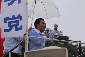 雨のなか街頭演説